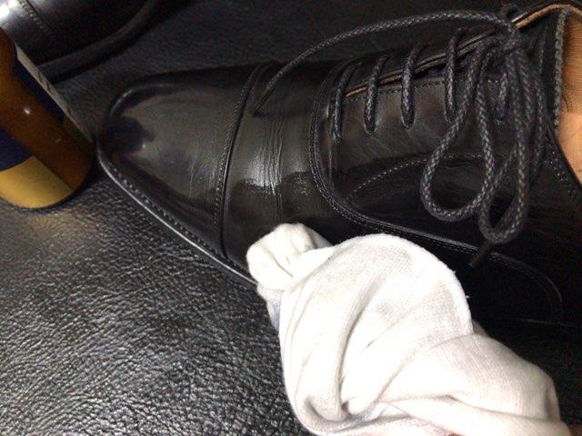 hands-mowbray-shoe-cleaner-16