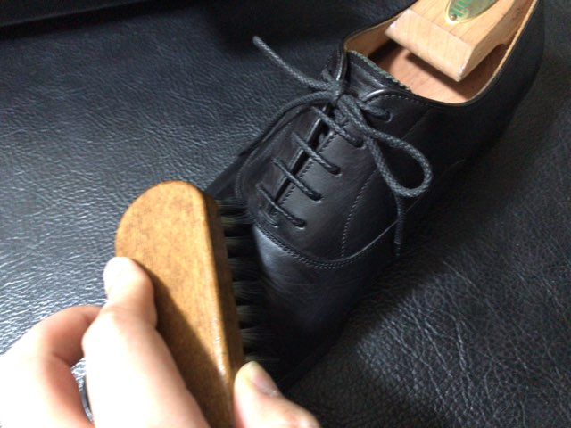 hands-mowbray-shoe-cleaner-19