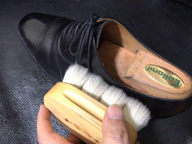 hands-mowbray-shoe-cleaner-22