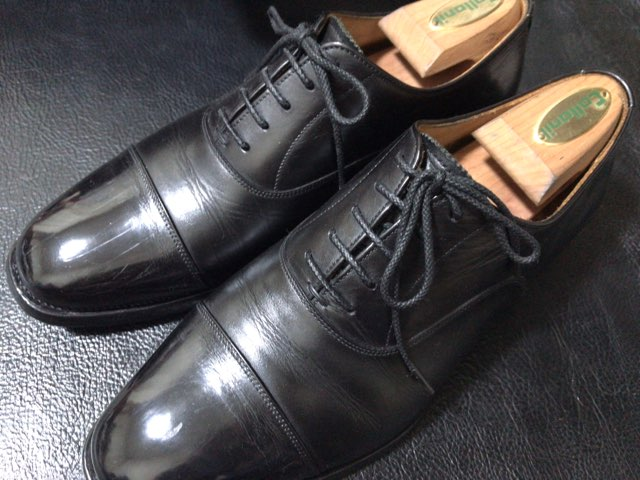 hands-mowbray-shoe-cleaner-8